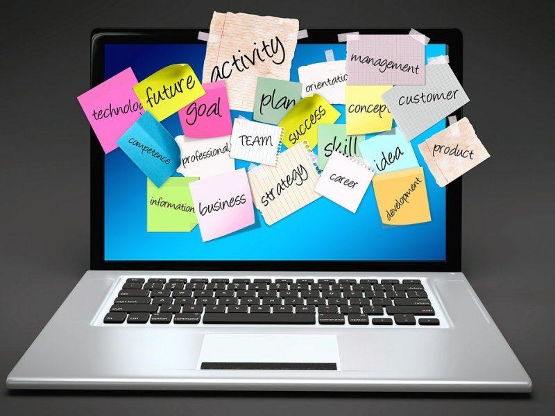ordenador lleno de postits con palabras